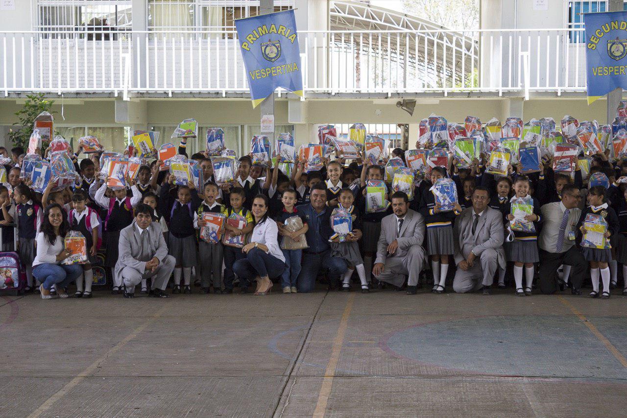Por tercer año consecutivo dan útiles gratuitos a 13 mil niños de Huauchi
